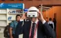 """与会嘉宾们纷纷体验VR技术 亲身感受""""身临其境"""""""