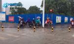 海口暴雨暖心一幕:热心市民积水路段手捞垃圾排水