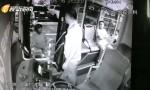 危险:海口一摩的司机公交车上紧勒司机脖子 警方公布视频