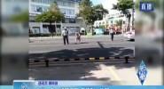文昌:老人横跨马路 交警耐心劝阻