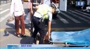 三亚:路见困难伸援手 交警路管员真温暖