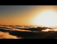從云邊走來