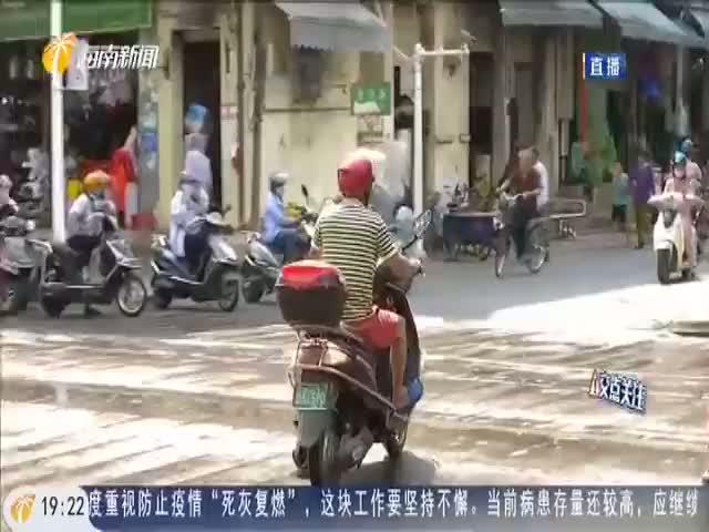 澄迈:老市场路口未设斑马线 居民横穿马路走捷径