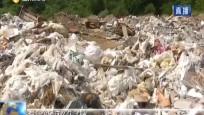文澜江两岸垃圾成堆 记者反映问题遭推诿
