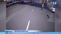 海口:轎車路邊著火自燃 公交司乘接力滅火
