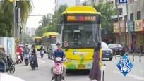 公交车右转撞倒过路学生 司机称盲区阻碍视线