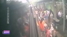 """乘客晕倒众人援手 公交车秒变""""救护车"""""""