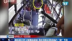 """倆女孩公交上跳舞拍視頻 司機勸阻無果將她們""""請""""下車"""