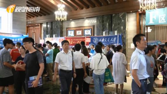 微视频:万人涌入高招会现场 看看高校老师怎么说