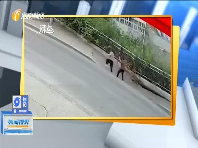 惊险!重庆武隆人行道突然垮塌 行人掉入坑中