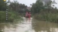 民房积水老人被困 三亚消防及时营救