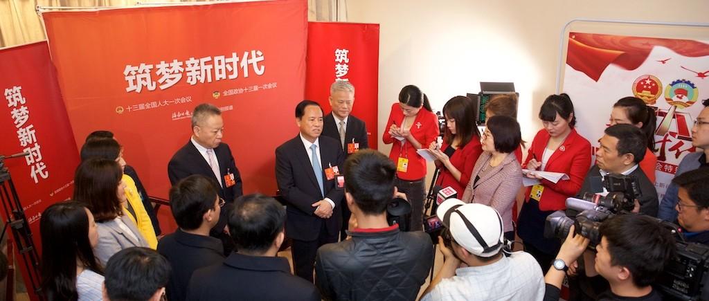 刘赐贵看望慰问海南参加全国两会报道的新闻工作者