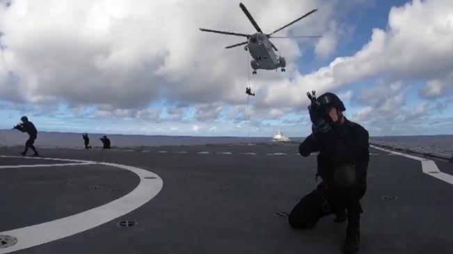 【海军成立70年】从天而降——海军陆战队伞降滑降训练掠影