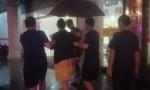 """温暖!台风""""韦帕""""来袭  孕妇被困  金融中队及时护送到达医院(附视频)"""