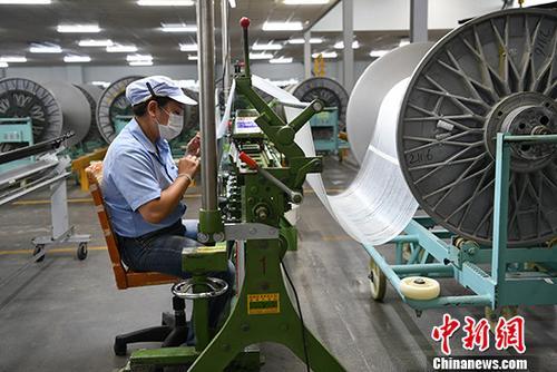 资料图:某玻纤制造厂忙碌的工人。<a target='_blank' href='http://www.chinanews.com/'>中新社</a>记者 张浪 摄