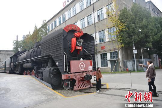 蒸汽机车头吸引游客。 张浪 摄