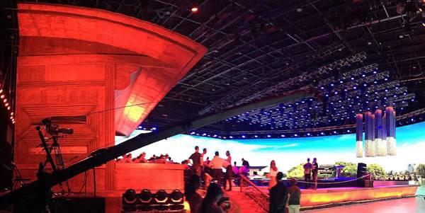 """图为""""红船""""造型的观众台"""