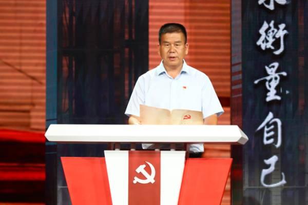 """图为朱仁斌在""""初心台""""上宣读自己当年的入党志愿"""