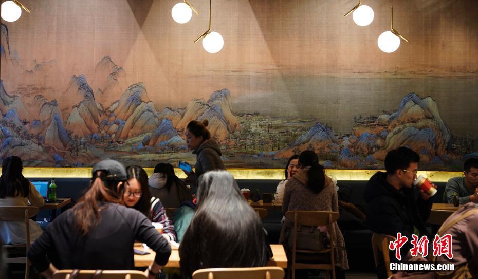 北京故宫角楼咖啡开张 《千里江山图》成为壁纸主图