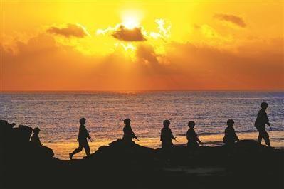 清晨,女兵们伴着朝阳巡守海岛。