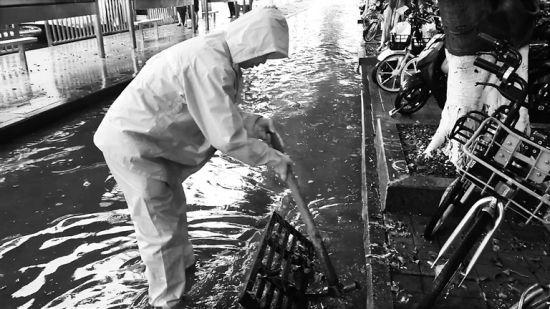 4月1日10时40分,工作人员在白龙南琼苑宾馆路段排水。南国都市报记者 王小畅 摄