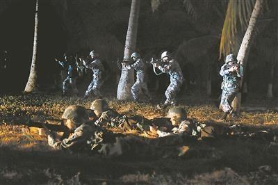 女兵开展夜间战术训练。