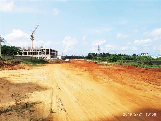 """桂林洋高校新区那条被拖成""""半拉子""""的路"""