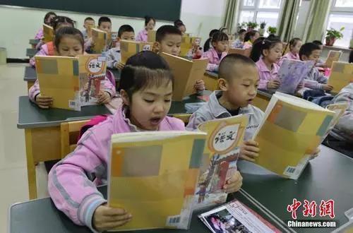资料图:新疆乌鲁木齐市第133小学,一年级的学生朗诵语文课文。<a target='_blank' href='http://www.chinanews.com/'>中新社</a>记者 刘新 摄