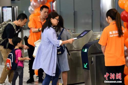 资料图:2018年9月23日清晨,高铁香港段正式通车。 <a target='_blank' href='http://www.chinanews.com/'>中新社</a>记者 麦尚旻 摄