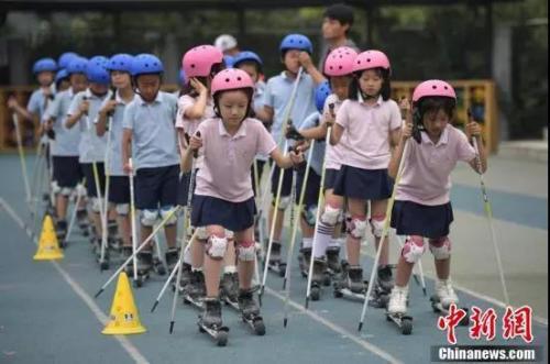 资料图:北京市中关村第三小学的学生们在校园内体验旱地越野滑雪。<a target='_blank' href='http://www.chinanews.com/'>中新社</a>记者 崔楠 摄