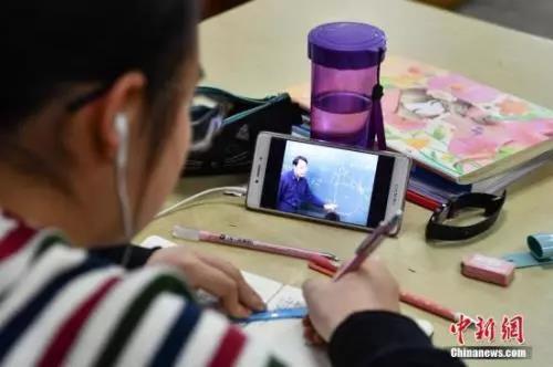 资料图:学生在写作业。<a target='_blank' href='http://www.chinanews.com/'>中新社</a>记者 任东 摄
