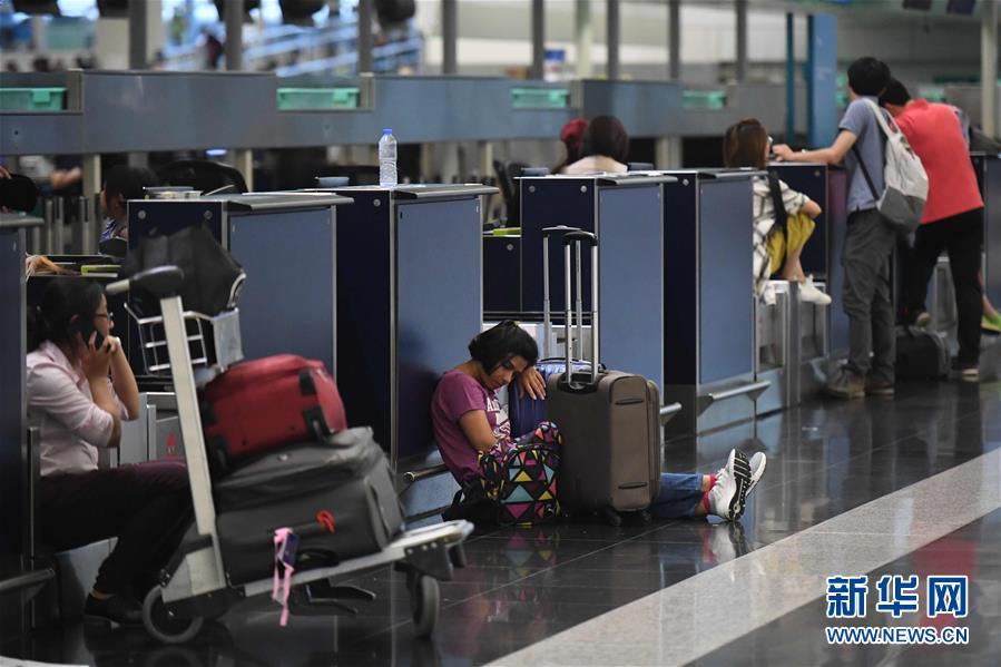 (图文互动)(4)受示威集会影响 香港机场取消12日剩余航班
