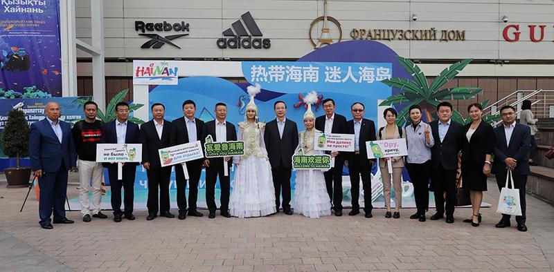 海南省代表团、海南省旅游促销代表团部分工作人员合影.jpg