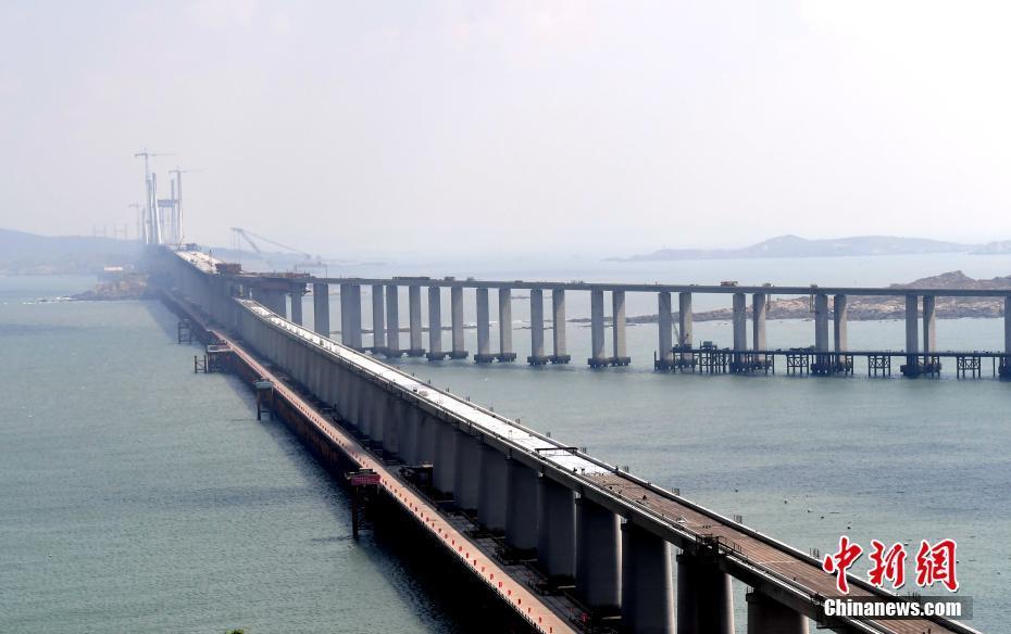世界最长、中国第一座跨海峡公铁两用大桥全桥贯通