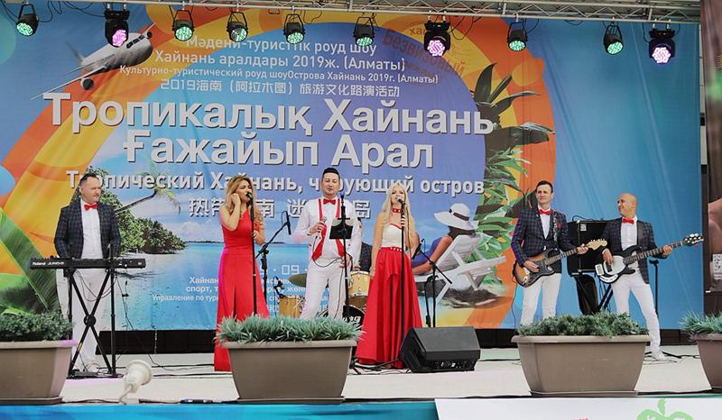 哈萨克斯坦知名乐队表演轻松欢快的歌曲.jpg