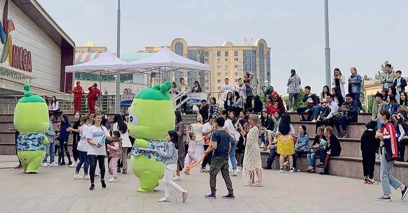 活泼可爱的波波椰首次以海南旅游文化国际形象推广吉祥物的身份亮相哈萨克斯坦,人气十足.jpg