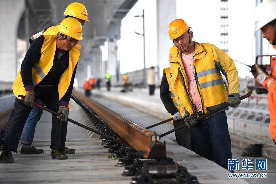 (经济)(2)商合杭铁路(合肥至芜湖段)右线铺轨即将贯通