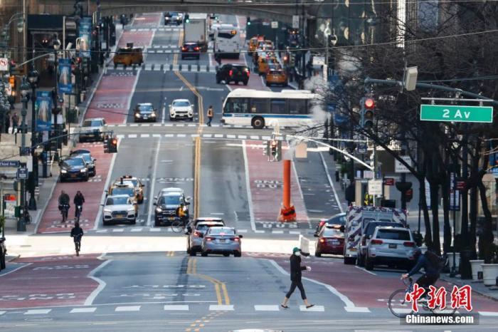 受疫情影響,當地時間3月21日,美國紐約曼哈頓往日車水馬龍的42街如今已冷冷清清。中新社記者 廖攀 攝