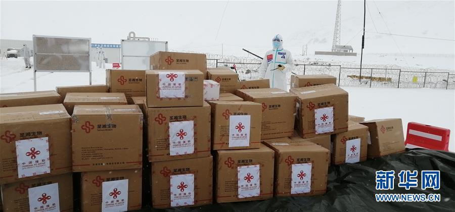 (國際疫情·XHDW)中國政府援助塔吉克斯坦新冠病毒檢測試劑完成交接