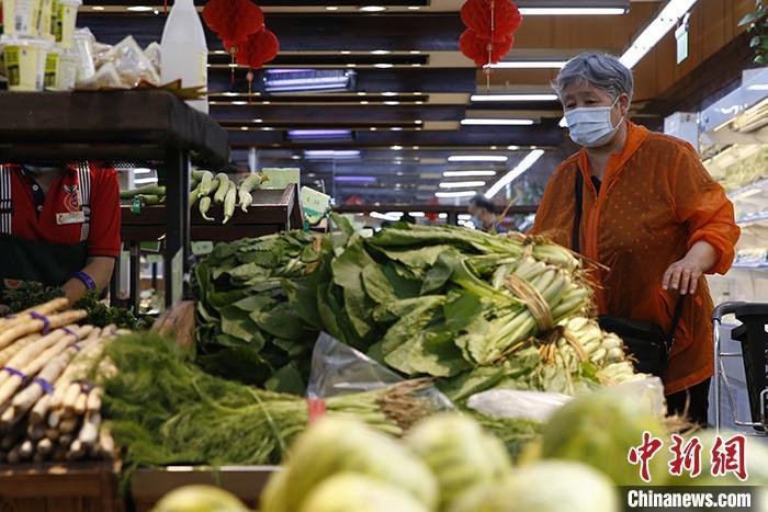 6月15日,市民在北京市西城区一家超市内采购蔬菜。 <a target='_blank' href='http://www.chinanews.com/'>中新社</a>记者 蒋启明 摄