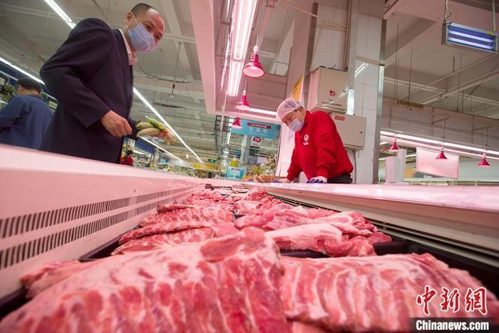 5月12日,山西省太原市一超市,消费者正在选购猪肉。 <a target='_blank' href='http://www.chinanews.com/'>中新社</a>记者 张云 摄