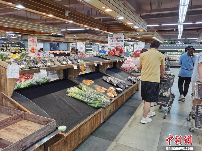 资料图:顾客在超市买菜。<a target='_blank' href='http://www.chinanews.com/' >中新网</a>记者 李金磊 摄