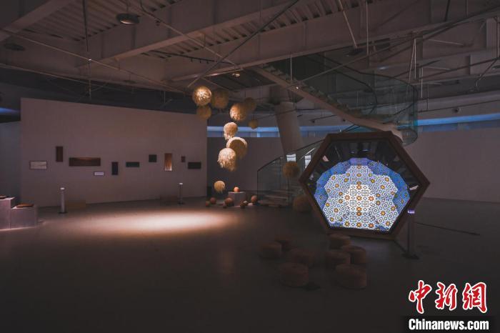 """图为展览现场木头和光影结合装置""""像""""。 原美术馆供图 摄"""