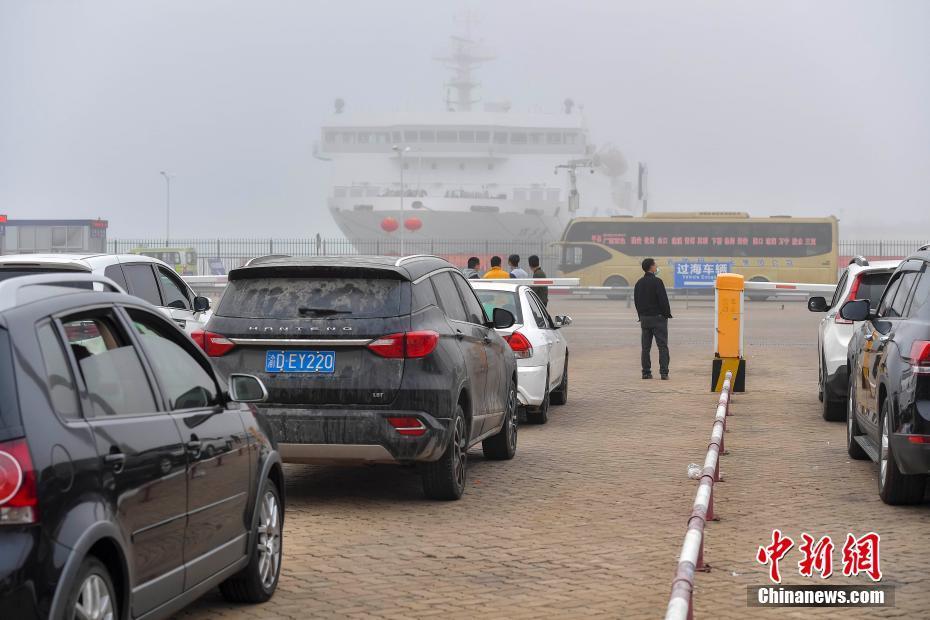 浓雾笼罩致琼州海峡停航 大批过海车辆滞留