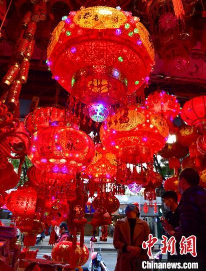 图为福州市民在商铺选购春联、灯笼等新春饰品。 张斌 摄