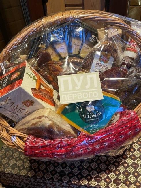 卢卡申科给普京送上了一篮子的白俄罗斯食品 图源:俄罗斯卫星通讯社