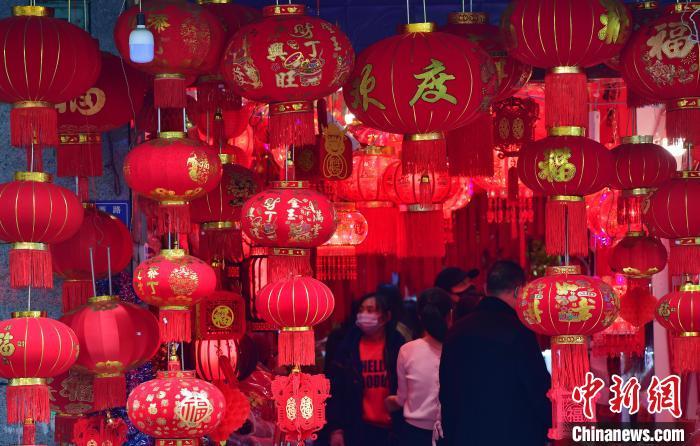 图为春节临近,不少福州市民开始选购春联、灯笼等新春饰品,迎接新春佳节的到来。 张斌 摄