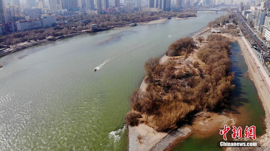 黄河兰州段水位持续下降 部分河床裸露