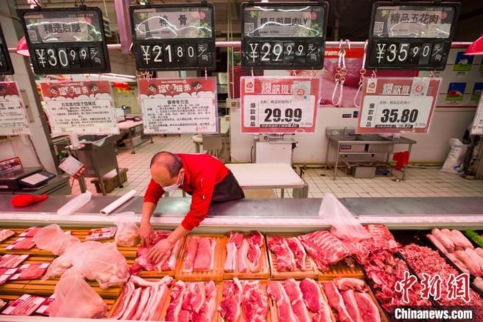 资料图:太原一超市内,工作人员在整理待售猪肉。 <a target='_blank' href='http://www.chinanews.com/'>中新社</a>记者 张云 摄