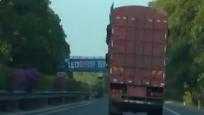 """高速公路驚現""""最牛""""卡車 倆前輪一個沒有還超車變道!"""